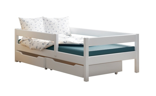 Una cama de madera maciza para un niño.