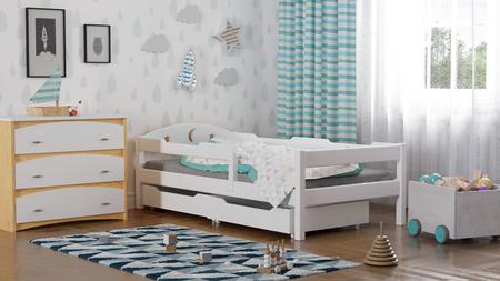 Una cama de madera maciza.